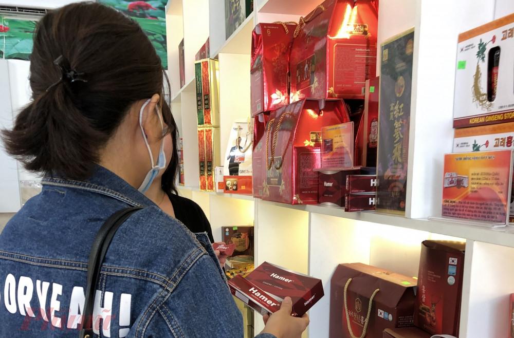 Không ít người tiêu dùng vẫn tìm mua các sản phẩm chất lượng không rõ ràng, bất chấp những cảnh báo rủi ro an toàn sức khỏe