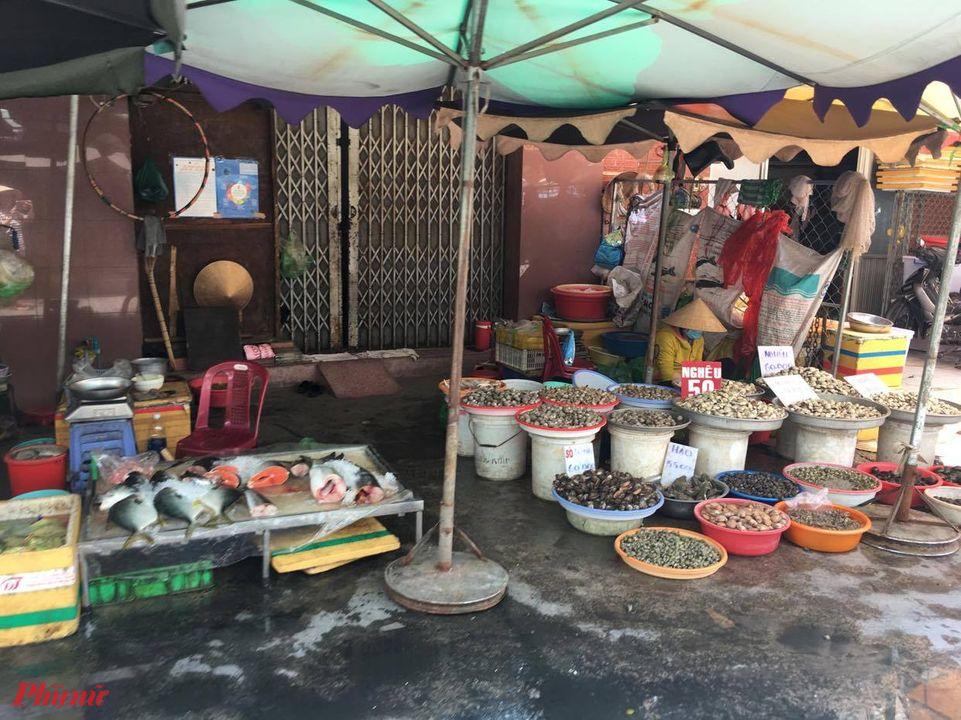 Nhiều chợ bị xuống cấp, đọng nước ở khu vực buôn bán thực phẩm