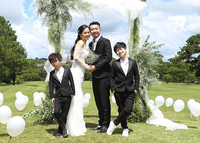 Khoảnh khắc Lâm Vỹ Dạ và Hứa Minh Đạt hạnh phúc viên mãn cùng hai cậu con trai kháu khỉnh. Ảnh: Celia Luxury cung cấp