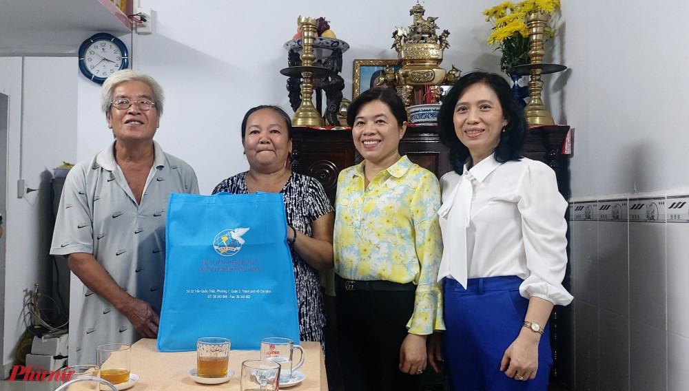 Hội LHPN TPHCM tặng quà chúc mừng dì Nên và đình có căn nhà mới
