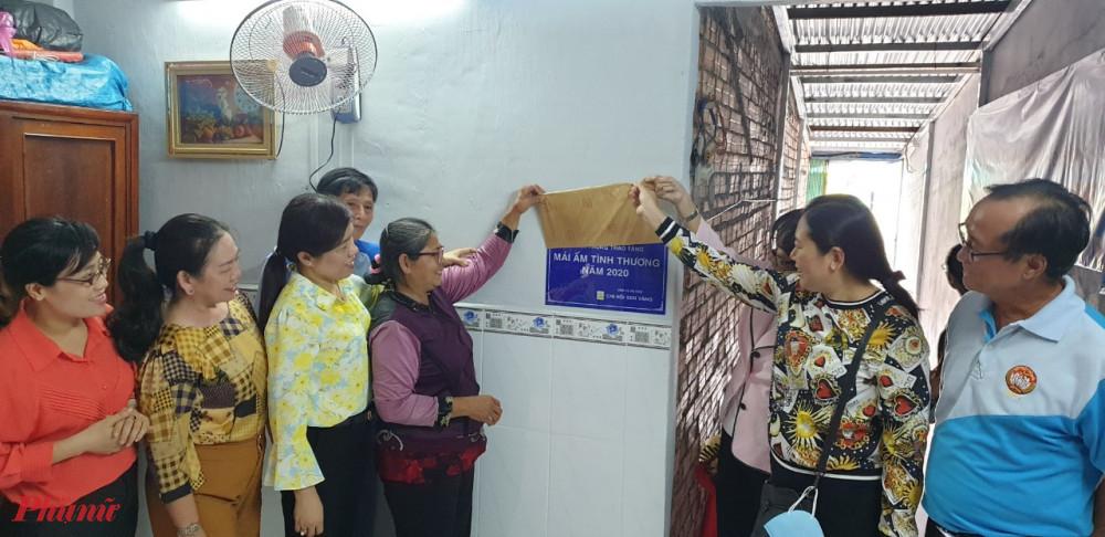 Hội LHPN TPHCM bàn giao và trao tặng Mái ấm tình thương chodì Hương