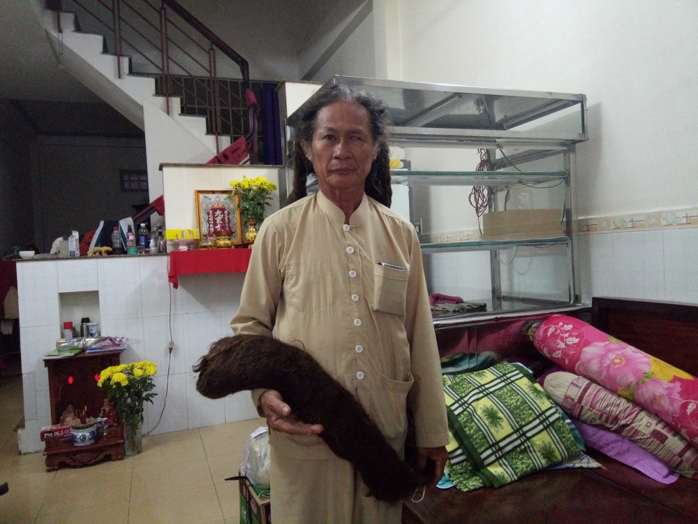 Ông Tư khoe mái tóc nuôi 21 năm
