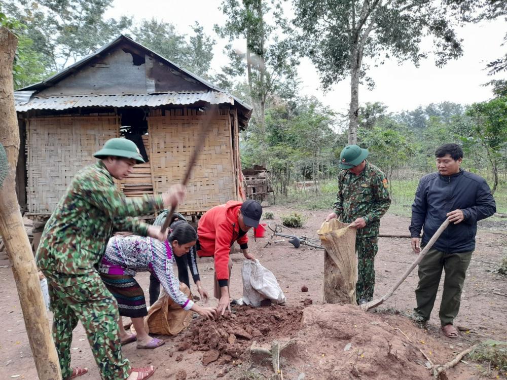 Bộ độ biên phòng giúp bà con xã Thuận, huyện Hướng Hóa chằng chống nhà cửa. chủ yếu là người đồng bào Pa Cô, Cơ Tư.