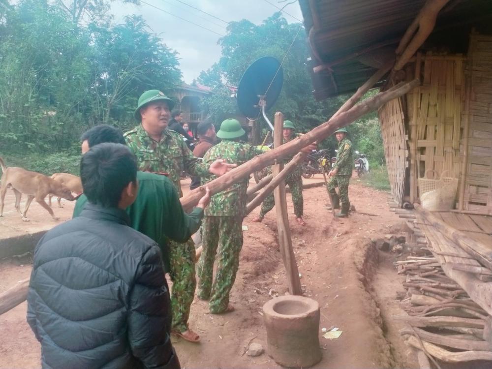 lực lượng chức năng vào tận bản làng để tuyên tuyền người dân chủ động chống bão, vận động bà con vùng nguy hiểm sơ tán đến nơi an toàn.