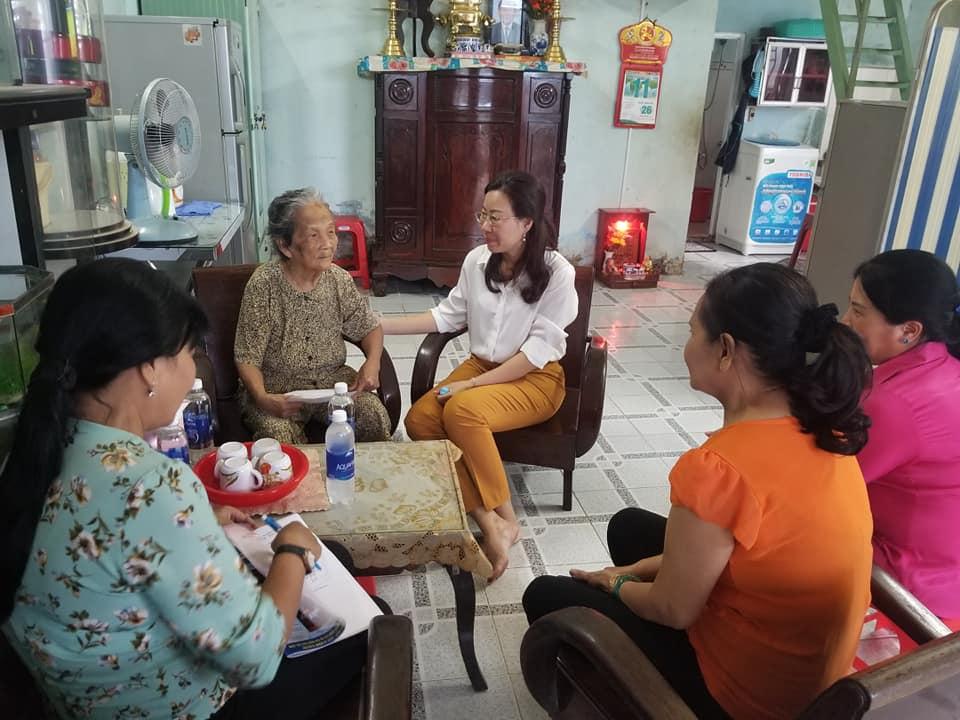 Nguyễn Thị Loan - QUV- Chủ tịch Hội LHPN.Q thăm nhà Bà Lê Thị Nương- HVPN( P27) là nạn nhân của TNGT.