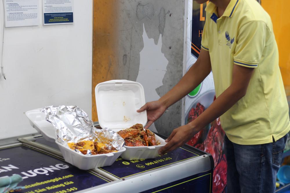 Hai hộp hải sản đã sẵn sàng để giao cho khách.