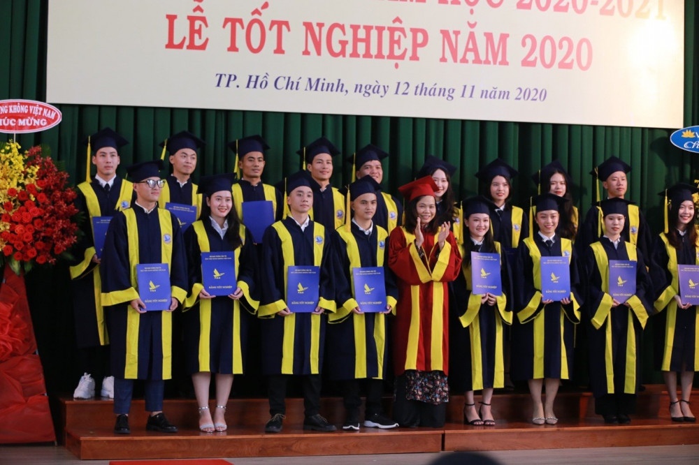 Tiến sĩ Nguyễn Thị Hải Hằng trao bằng tốt nghiệp cho các tân cử nhân. Ảnh: HVHK cung cấp