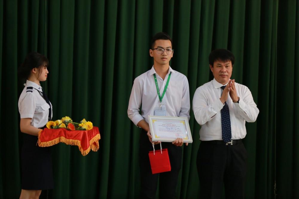 Ông  Đỗ Nga Việt - Ủy viên Ban cán sự Đảng - Bộ Giao thông Vận tải trao học bổng cho tân thủ khoa ngành quản lý hoạt động bay. Ảnh: HVHK cung cấp