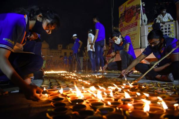 Mọi người thắp đèn trên bờ sông Saryu ở Ayodhya, Ấn Độ,