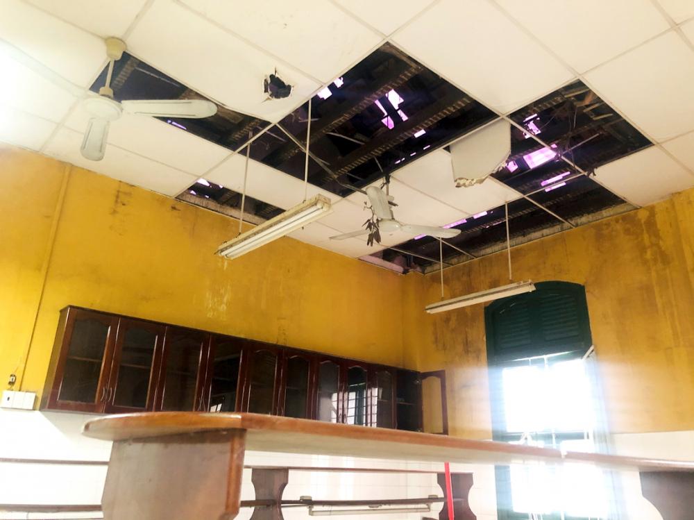 Khối nhà B của Trường THPT Trưng Vương bị hư hỏng nặng nhưng việc sửa chữa còn phải chờ các sở, ngành thông qua