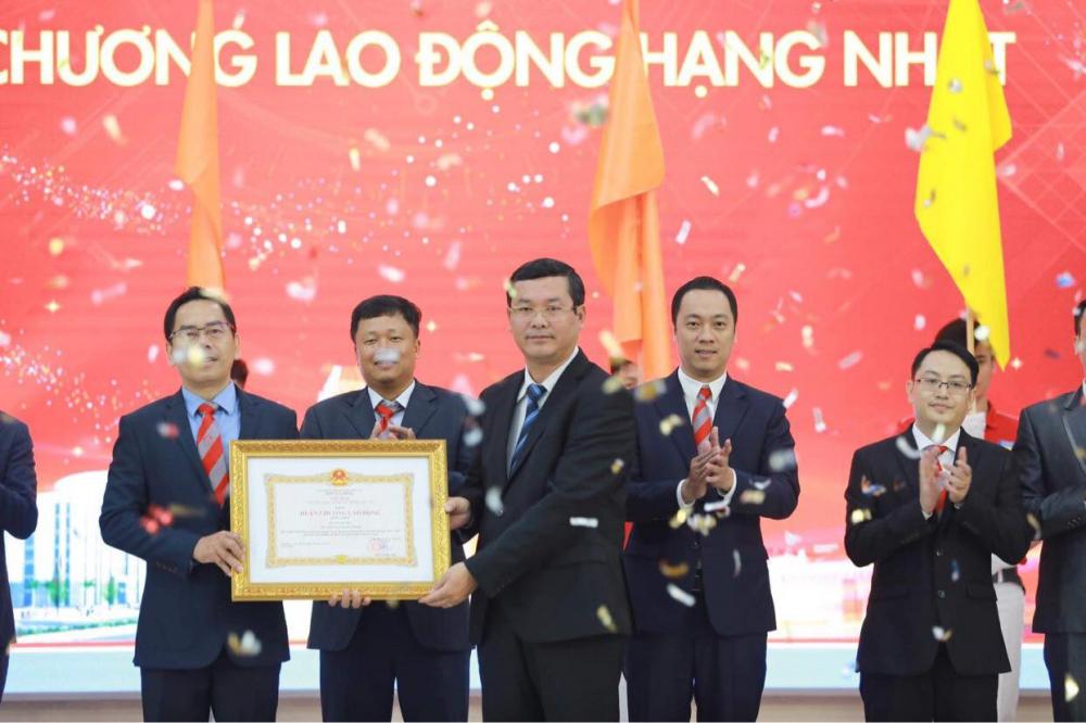 Thứ trưởng Bộ Giáo dục và Đào tạo trao Huân chương Lao động hạng Nhất của Chủ tịch nướcTrường Đại học Công nghệ TPHCM
