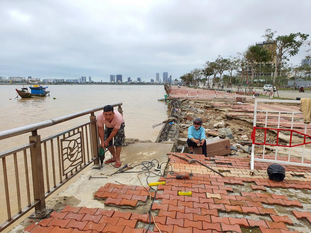 Đường bên cửa sông Hàn (TP.Đà Nẵng) bị sóng biển làm hư hại - Ảnh: Lê Đình Dũng
