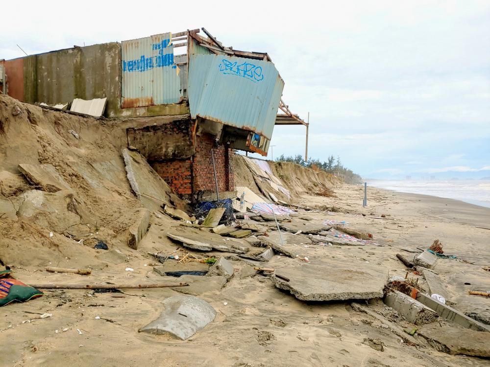 Bờ biển Hội An bị sóng biển đánh tan hoang và xâm thực mạnh  - Ảnh: Lê Đình Dũng