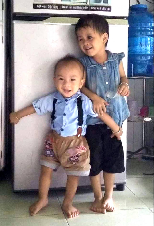 Hai đứa trẻ là kết quả tình yêu của Chi và Quẹo - Ảnh minh họa