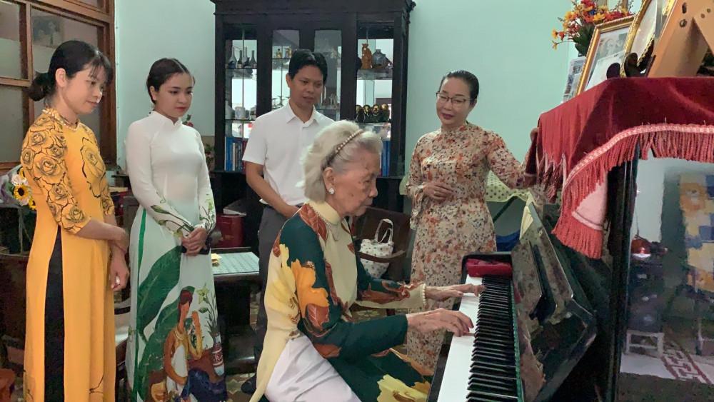 Ở tuổi 89, nhà giáo Nguyễn Bình Minh vẫn minh mẫn, chơi đàn tốt
