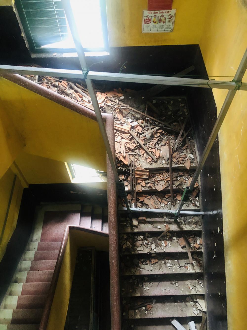 Cầu thang vẫn còn ngổn ngang