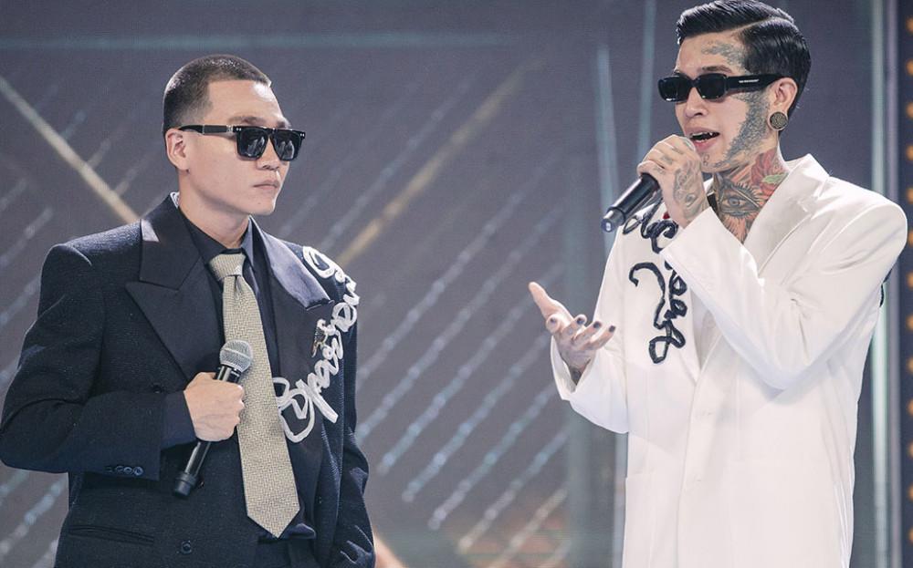Rapper Wowy và thí sinh Dế Choắt trong đêm chung kết Rap Việt.