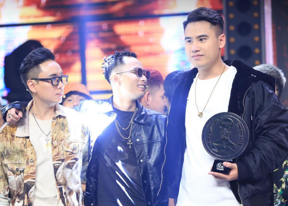 G Ducky (phải) giành được danh hiệu á quân Rap Việt. Nhiều khán giả cho rằng G Ducky xứng đáng là người chiến thắng.