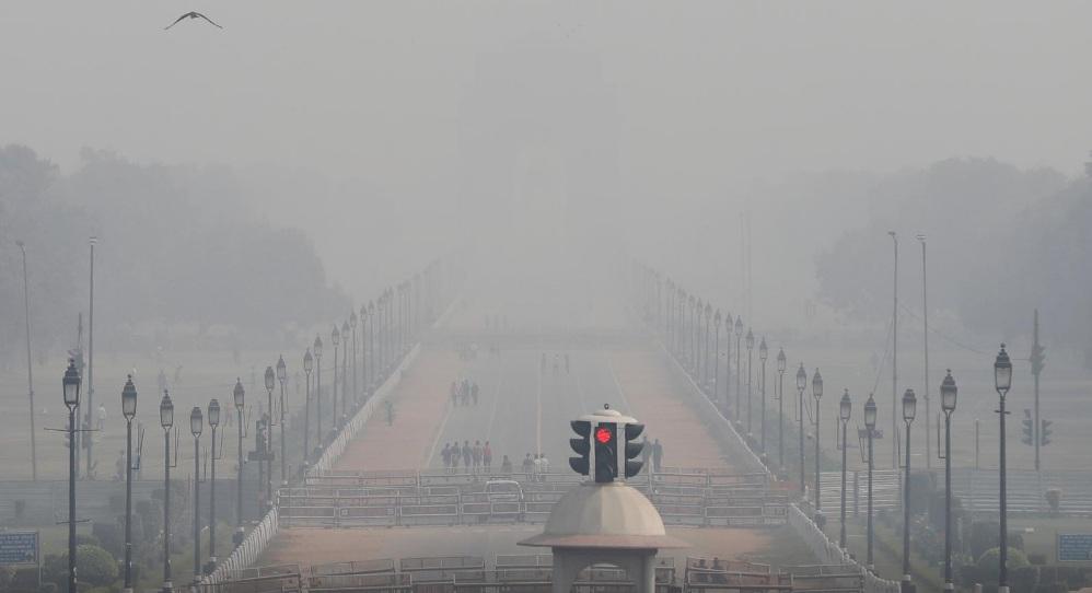 Bầu không khí tại New Delhi phủ màu xám của tro bụi độc hại vào sáng 15/11.