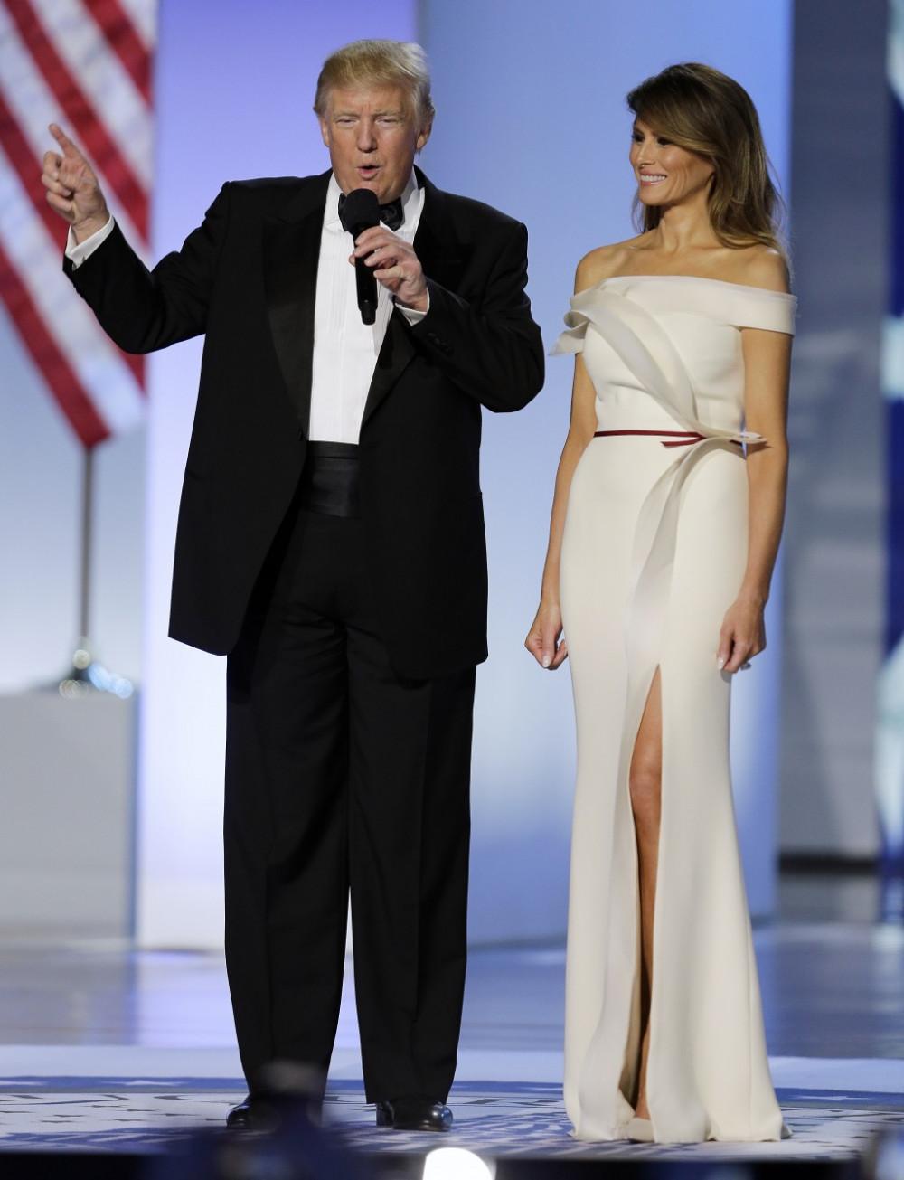 Melania Trump mặc một chiếc váy trắng do Hervé Pierre tạo ra tại Lễ hội Tự do Nhậm chức năm 2017. Ảnh: Reuters
