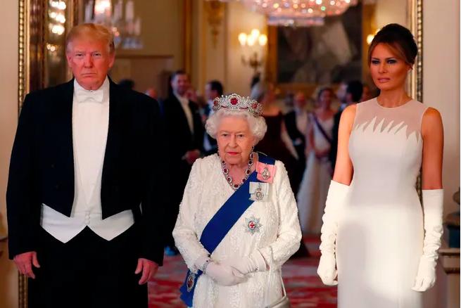 Tham dự một bữa tiệc cấp nhà nước tại Cung điện Buckingham ở London để kỷ niệm quan hệ ngoại giao giữa Mỹ và Anh, Melania Trump đã bổ sung cho chiếc váy trắng của Nữ hoàng Elizabeth bằng cách mặc một chiếc váy dạ hội màu trắng với đôi găng tay phù hợp từ