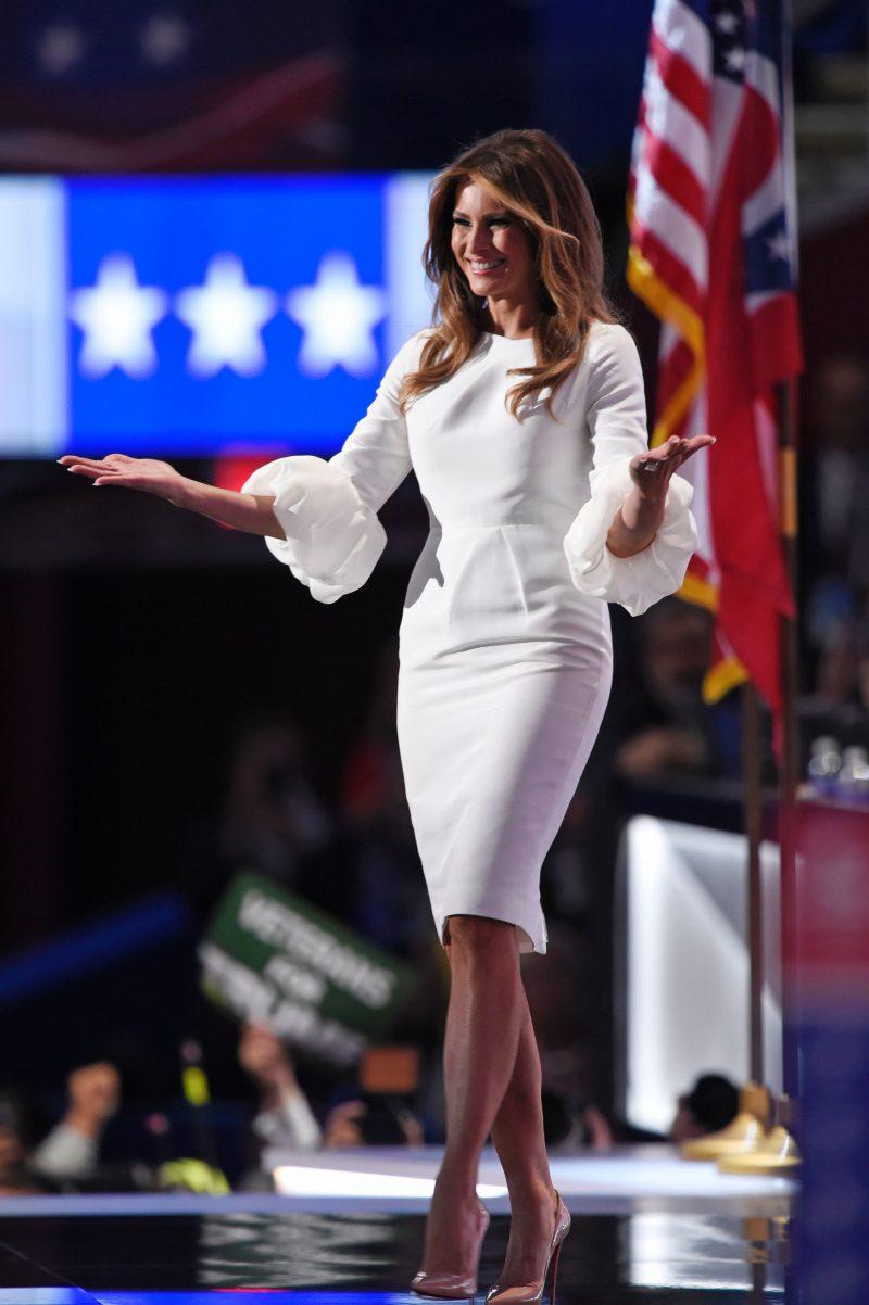 Melania Trump mặc một chiếc váy trị giá 2.190 USD với tay áo bong bóng của Roksanda Ilincic trong ngày đầu tiên của Đại hội toàn quốc của Đảng Cộng hòa năm 2016. Ảnh: AFP