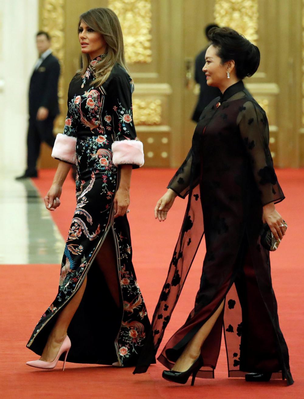 Melania Trump mặc một chiếc váy Gucci trong một bữa tối cấp nhà nước tại Đại lễ đường Nhân dân ở Bắc Kinh năm 2017. Ảnh: Reuter