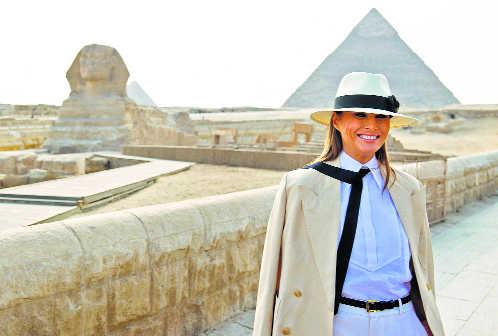 Đệ nhất phu nhân mặc một bộ quần áo dài của Ralph Lauren kết hợp với áo sơ mi Chanel và một chiếc mũ panama trong chuyến công du đến Ai Cập năm 2018. Ảnh: AF