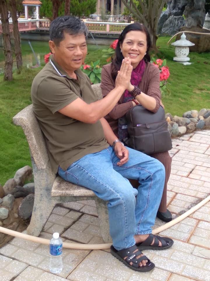 Tấm hình hiếm hoi của vợ chồng chị Tuyết Nhuận trong chuyến đi cứu trợ, vì họ chẳng còn thời gian cho những giây phút riêng tư (Ảnh nhân vật cung cấp)