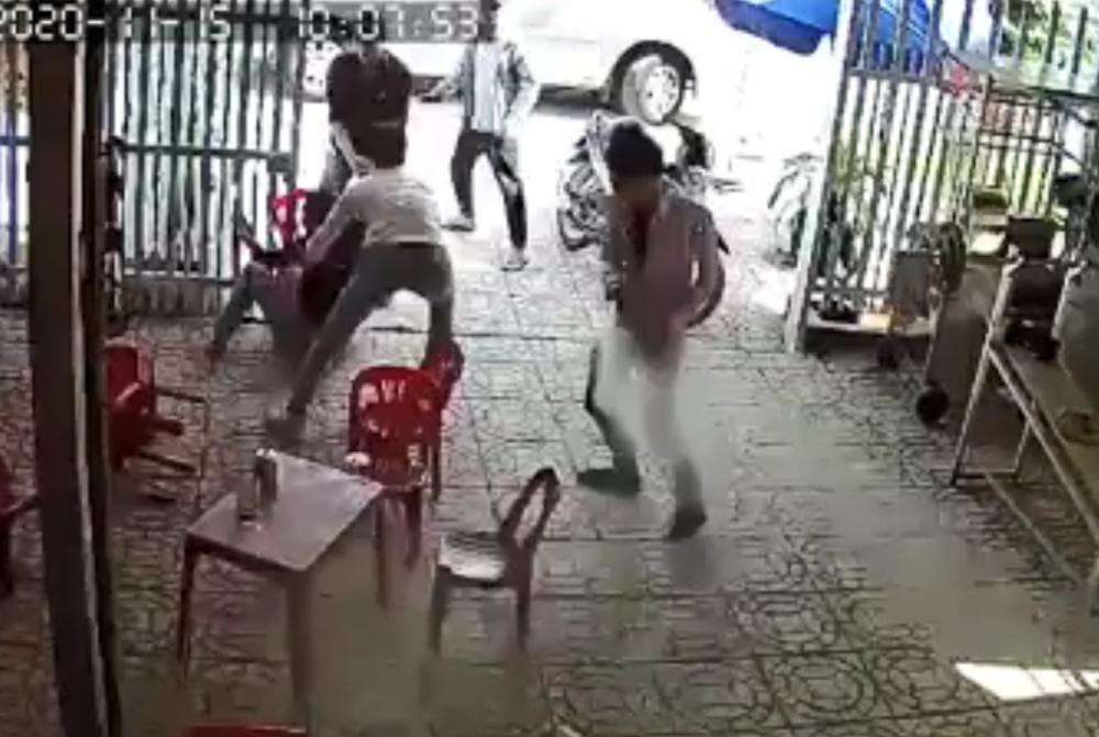 Nhóm người ập vào khống chế chủ quán cà phê đưa lên xe ô tô
