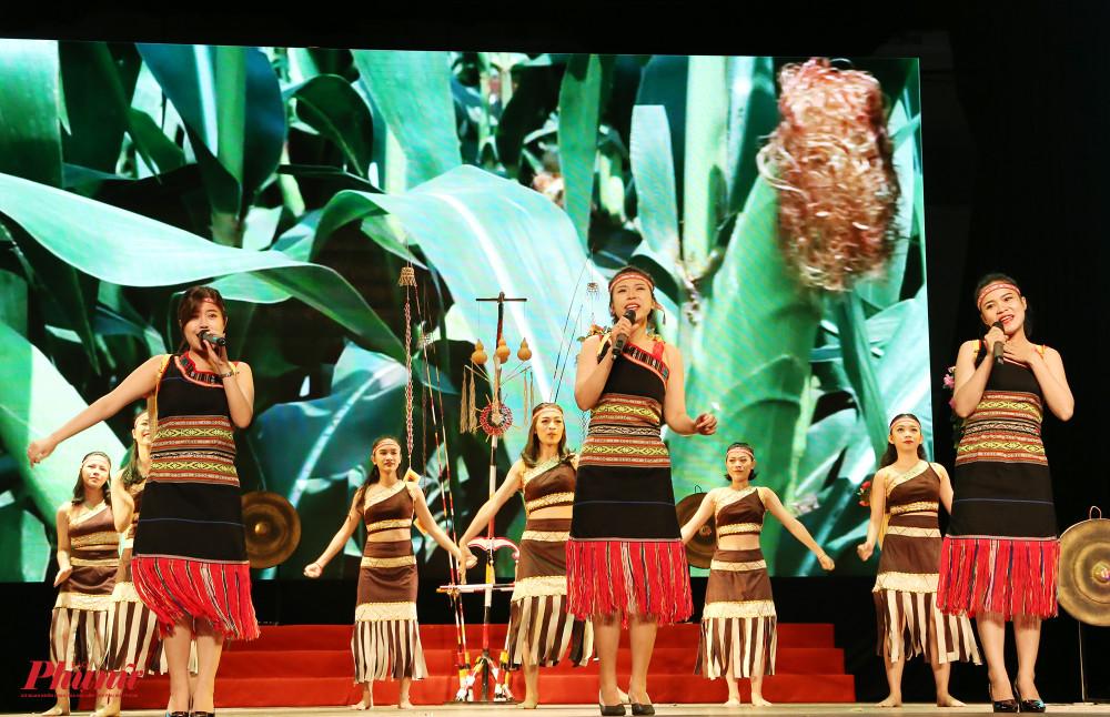 Mỗi đơn vị dự thi với một chủ đề, gồm múa, hát đơn, song ca, tam ca, hợp ca. Đơn vị quận 4 mang người xem đến với không gian núi rừng Tây nguyên với những cánh rừng bạt ngàn, những vườn cà phê trĩu quả cùng lễ hội cầu mưa mang đậm dấu ấn văn hoá của người dân nơi đây.
