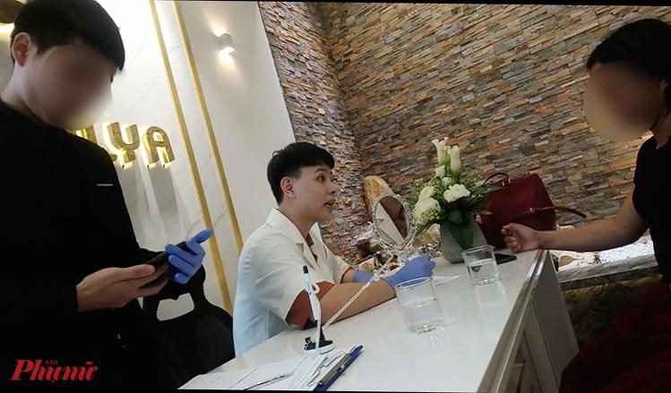 Ông Nguyễn Duy Linh đang tư vấn cho khách hàng tại Thẩm mỹ Quốc tế Emilya (27B Thạch Thị Thanh, phường Tân Định, quận 1, TPHCM)