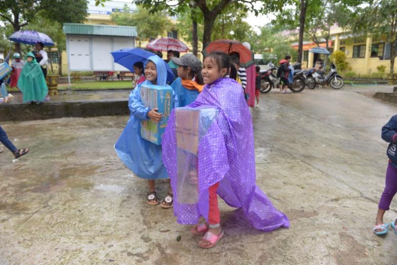 Học sinh trường Tà Rụt vui mừng nhận sữa Cô Gái Hà Lan. Ảnh: CGHL cung cấp