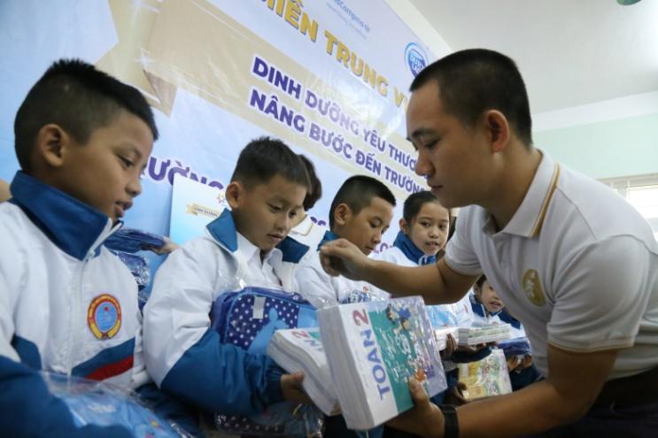 Niềm vui của học sinh trường Triệu Long khi được tặng sách giáo khoa mới. Ảnh: CGHL cung cấp