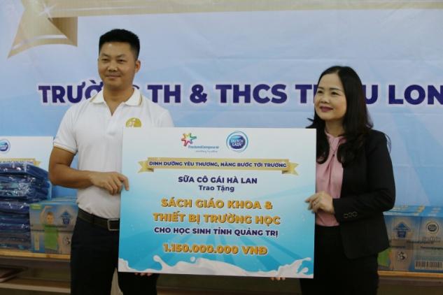 Đại diện nhãn hàng Cô Gái Hà Lan trao bảng hỗ trợ cho Sở Giáo dục và Đào tạo tỉnh Quảng Trị. Ảnh: CGHL cung cấp