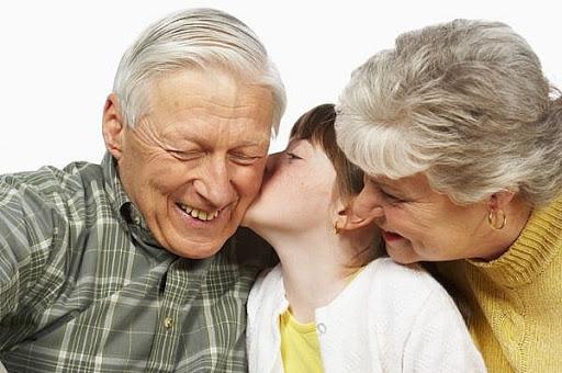 Nhiều cặp vợ chồng giao luôn con cái cho ông bà, quan niệm đó là trách nhiệm của ông bà. (Ảnh minh họa).