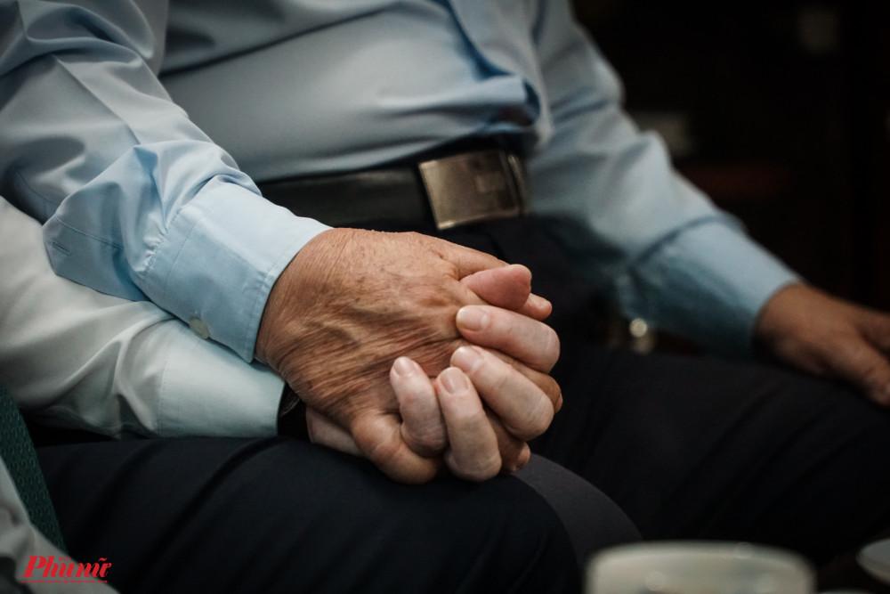Cách siết chặt tay của 2 người khiến người ta cảm nhận được tình cảm gắn bó, thân thương giữa 2 vị