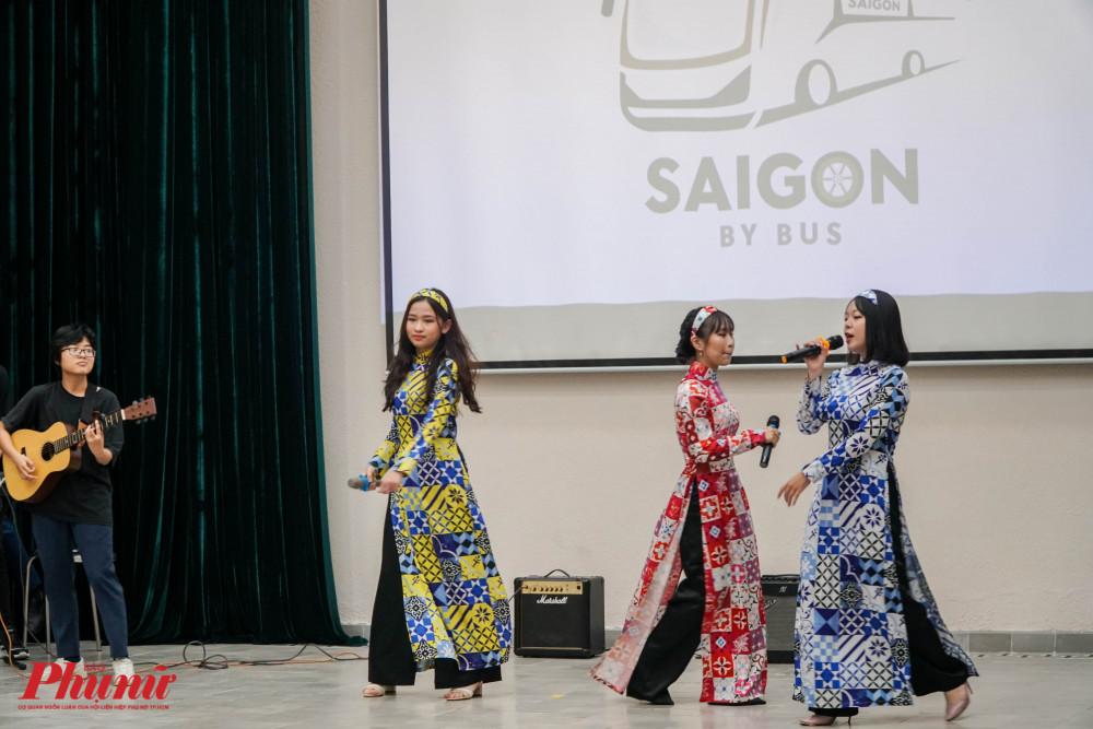 Các tiết mục văn nghệ được các em học sinh trình diễn theo chủ đề Sài Gòn xưa