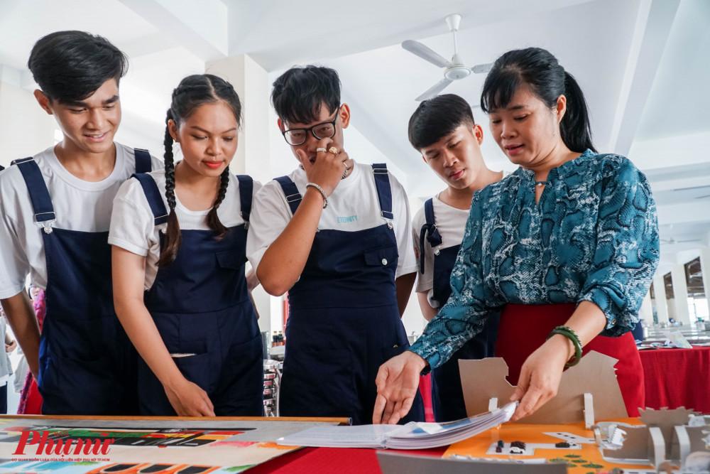 Nhso học sinh cùng giáp viên hướng dẫn xem lại đề tài và các nội dung trong dự án