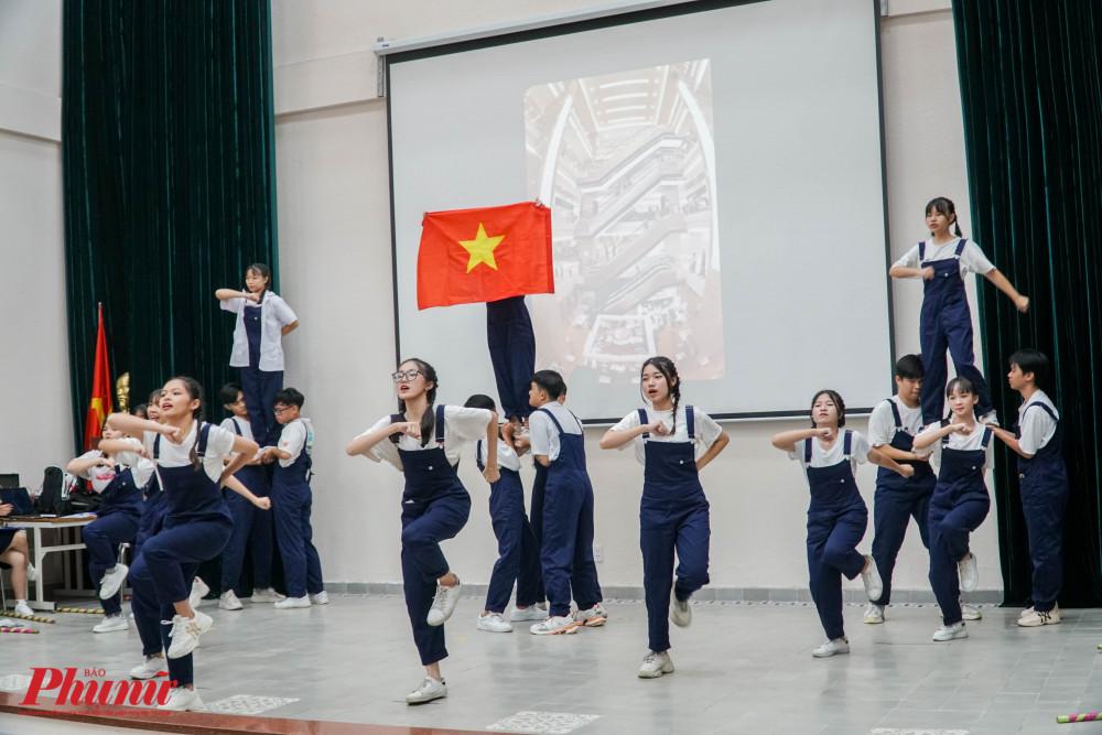 Nhóm học sinh nhảy Flashmob khuấy đảo khoogn khí buổi báo cáo dự án