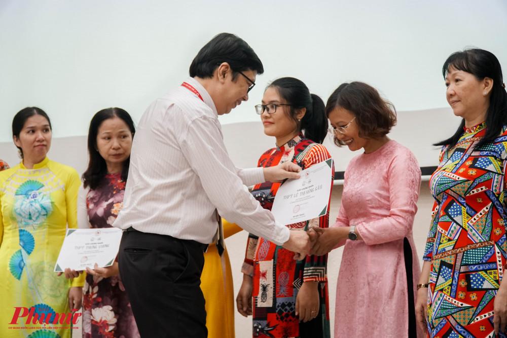 Thầy Hà Hữu Thạch - hiệu trưởng trường THPT Lê Quý Đôn trao giấy chứng nhận tham gia buổi báo cáo SaiGon By Bus