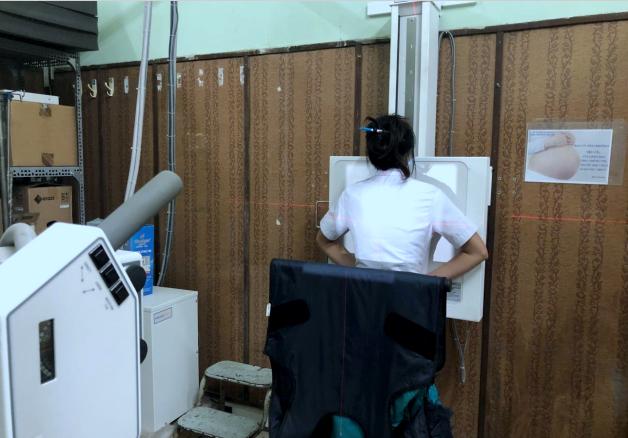 Giá treo áo chì kiêm che chắn cho bệnh nhân chụp X-quang phổi của BV Nguyễn Tri Phương. Ảnh: BVCC