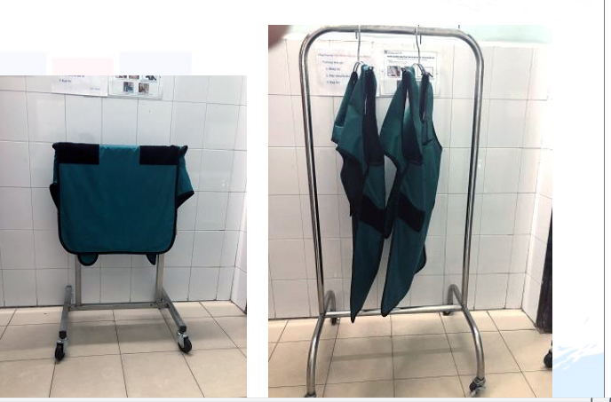 Giá treo áo chì kiểu mới (bên trái ảnh) và giá treo áo chì kiểu cũ (bên phải ảnh). Ảnh: BVCC