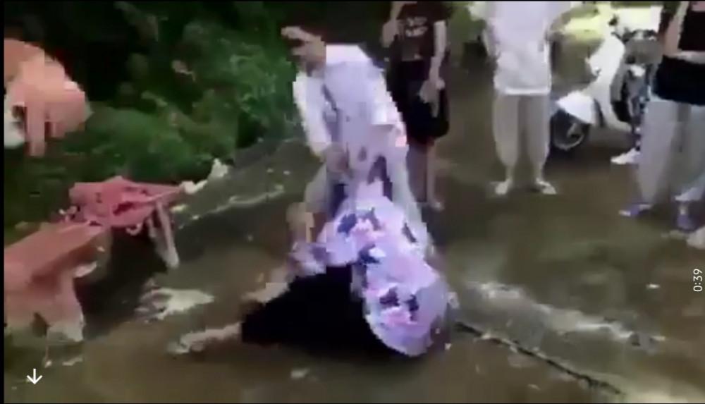 Cháu V. bị giật tóc ngã ra đất.