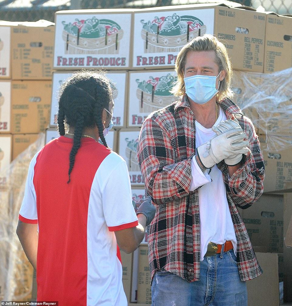 Brad Pitt mang khẩu trang khi phân phát đồ cho người nghèo.