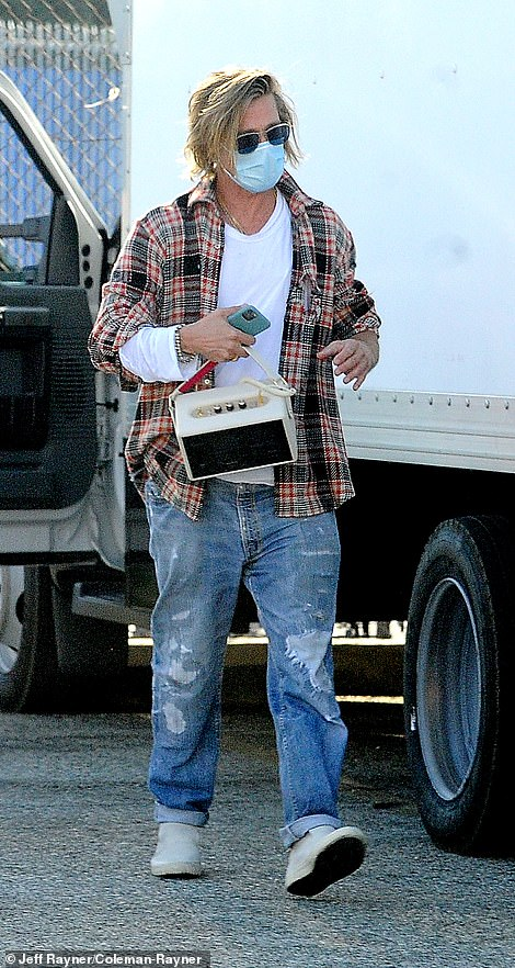 Brad Pitt mang thêm loa để bật nhạc, khuấy động không khí.