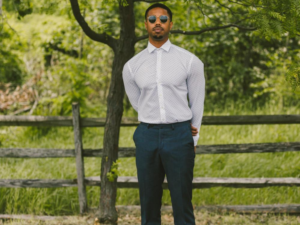 Michael B. Jordan chuộng phong cách thời trang tối giản, nam tính, với những gam màu trầm làm chủ đạo, hoặc trung tính.