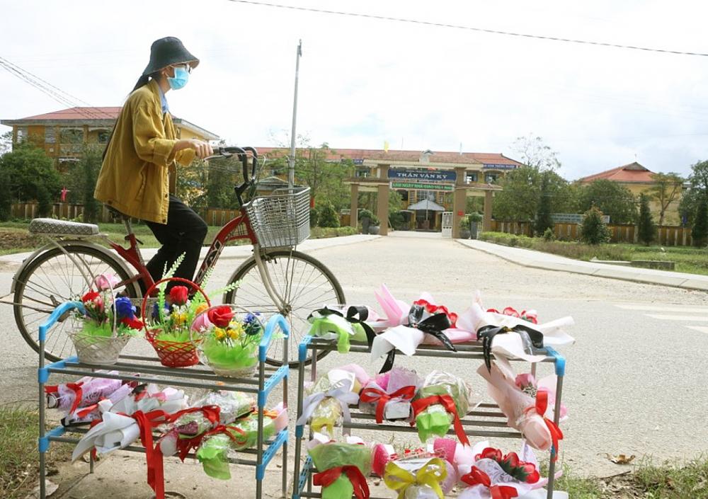 Những bông hoa hiếm hoi trước cổng Trường THPT Trần Văn Kỷ, xã Phong Bình, H.Phong Điền