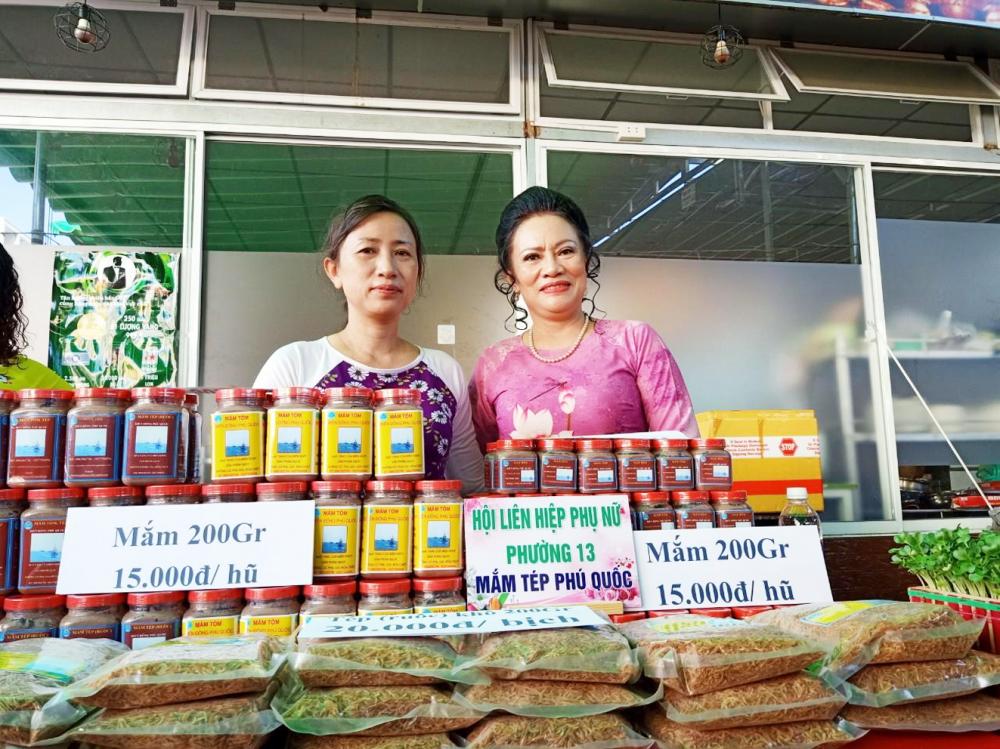 Cô Viên (trái) tham gia các gian hàng phụ nữ khởi nghiệp do Hội LHPN Q.Gò Vấp tổ chức