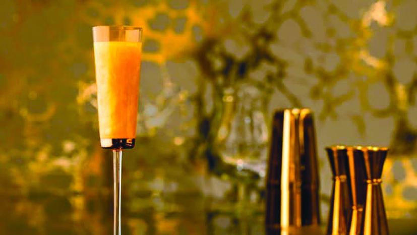 Ly cocktail Element 79 trứ danh với lá vàng và bột vàng trong thành phần nguyên liệu